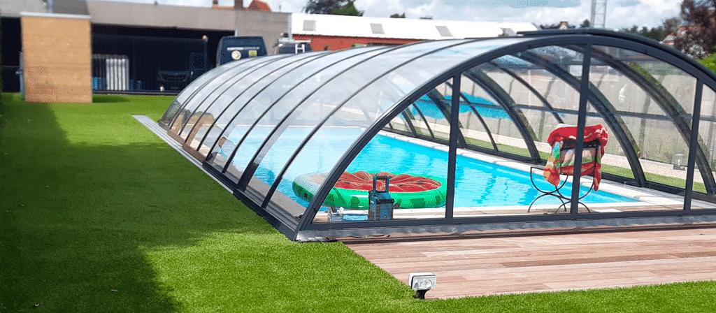 Kunstgras tuin met zwembad
