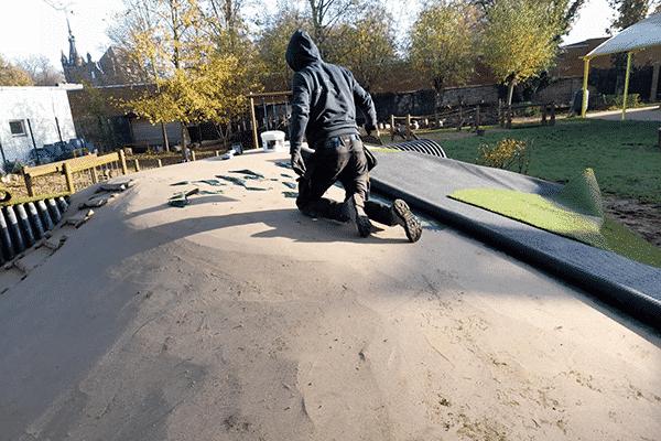 Kunstgras plaatsen speelheuvel-n
