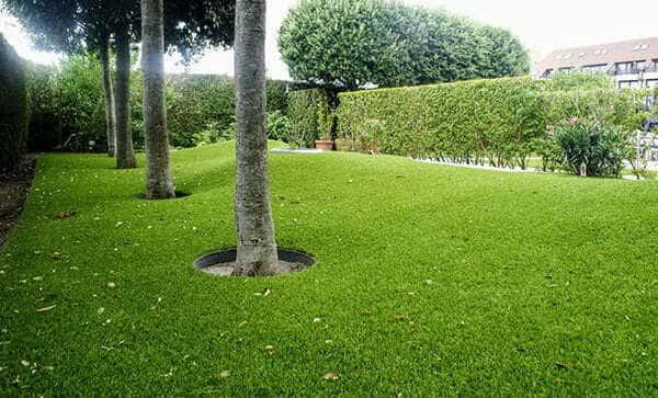 Kunstgras en bomen