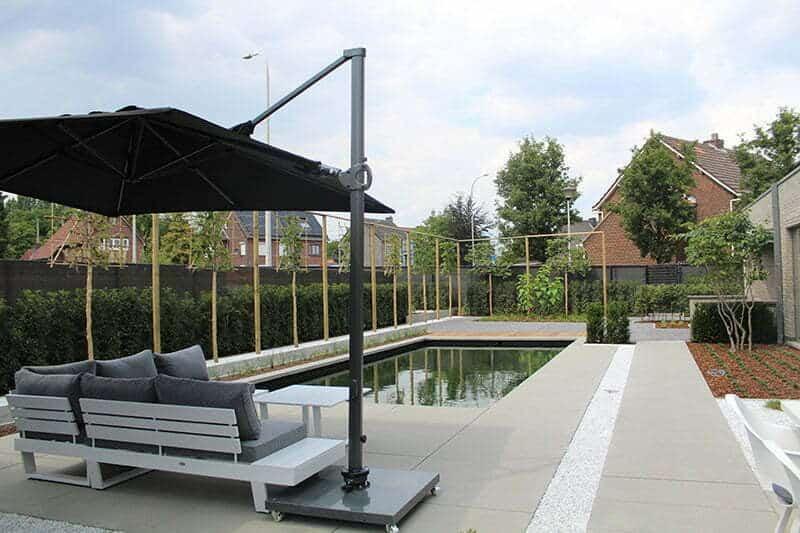 Moderne trendy tuin met kunstgras